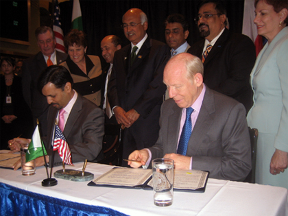 photogrpah of Karachi's Mayor Mustafa Kamal signing the Memorandum of Understanding with Mayor Bill White