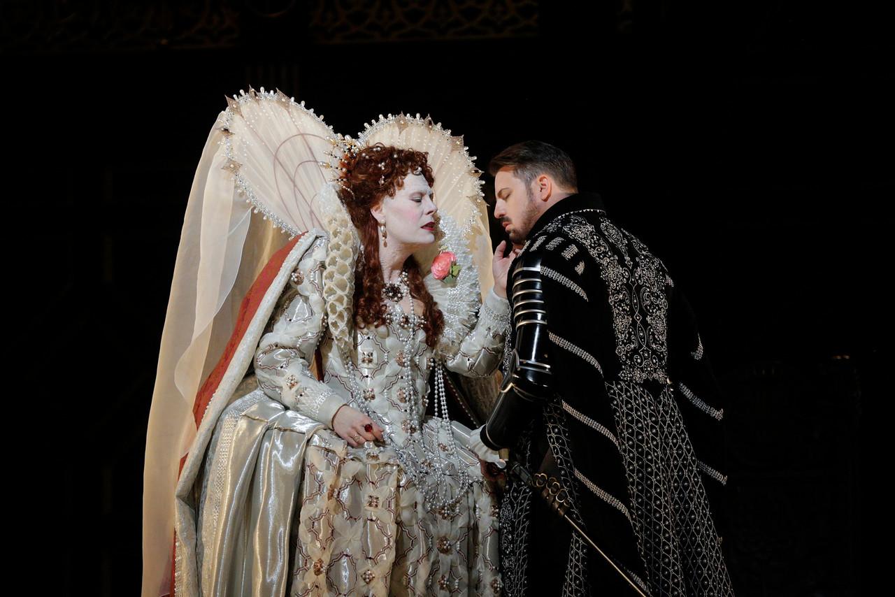 Sondra Radvanovsky as Elisabetta and Matthew Polenzani in the title role of Donizetti'sRoberto Devereux. Photo by Ken Howard/Metropolitan Opera.